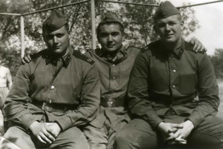 До 23 лютого солдатські фото і спогади
