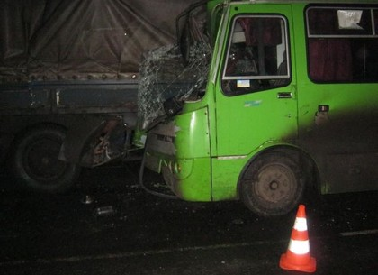 Рейсовый автобус Харьков-Богодухов врезался в припаркованный грузовик. В результате ДТП погиб один человек.