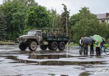 украинские военные  приветствуют жителей