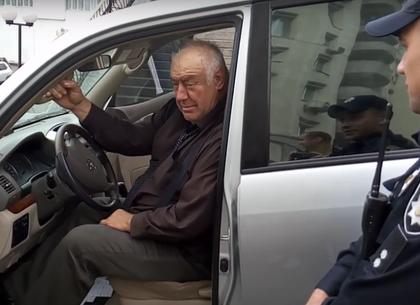 Полицейские задержали нетрезвого кандидата вмэры Харькова, который предлаг ...