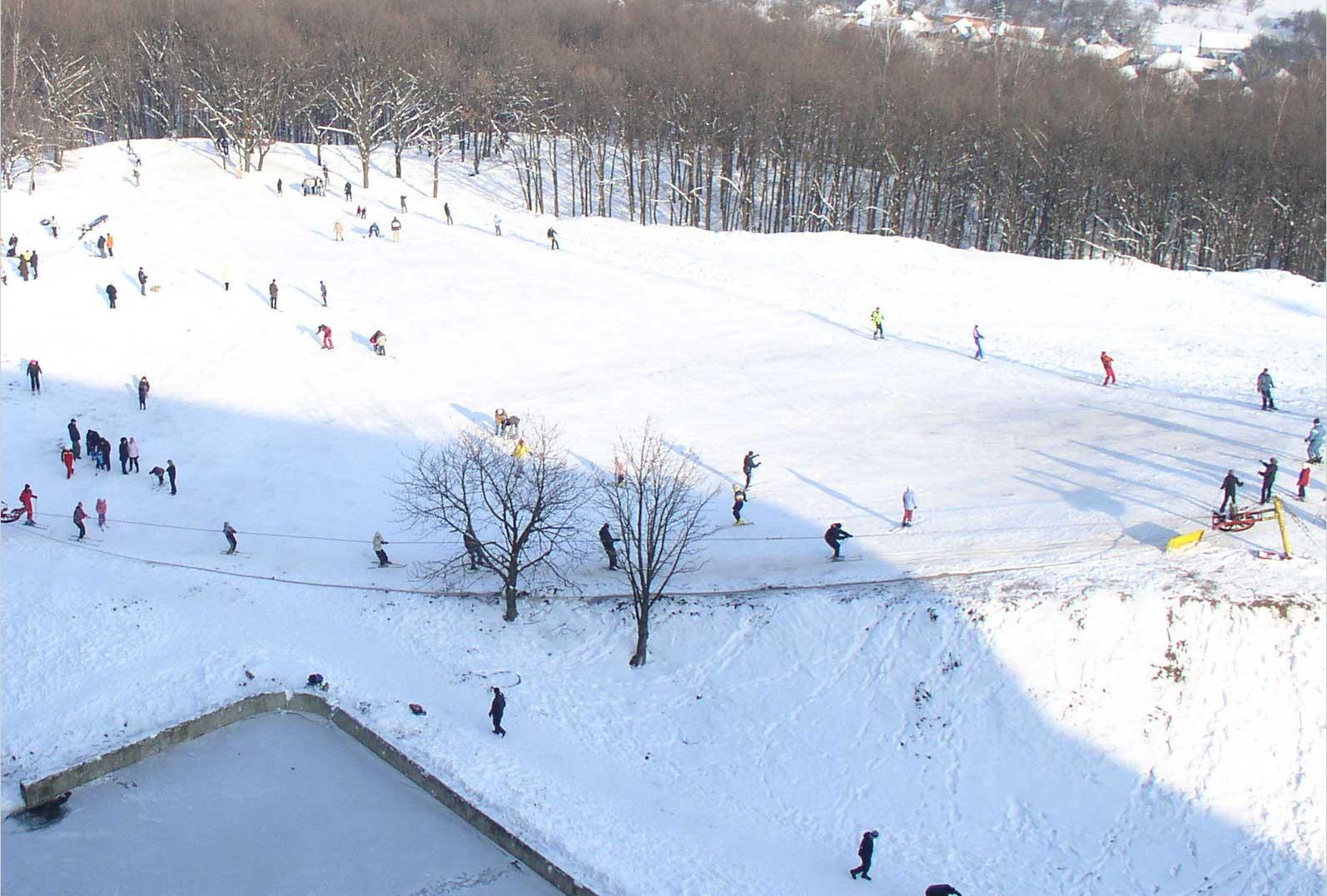 На базе работает прокат горнолыжного снаряжения, сноубордов и коньков. 9ba6bd24f3d
