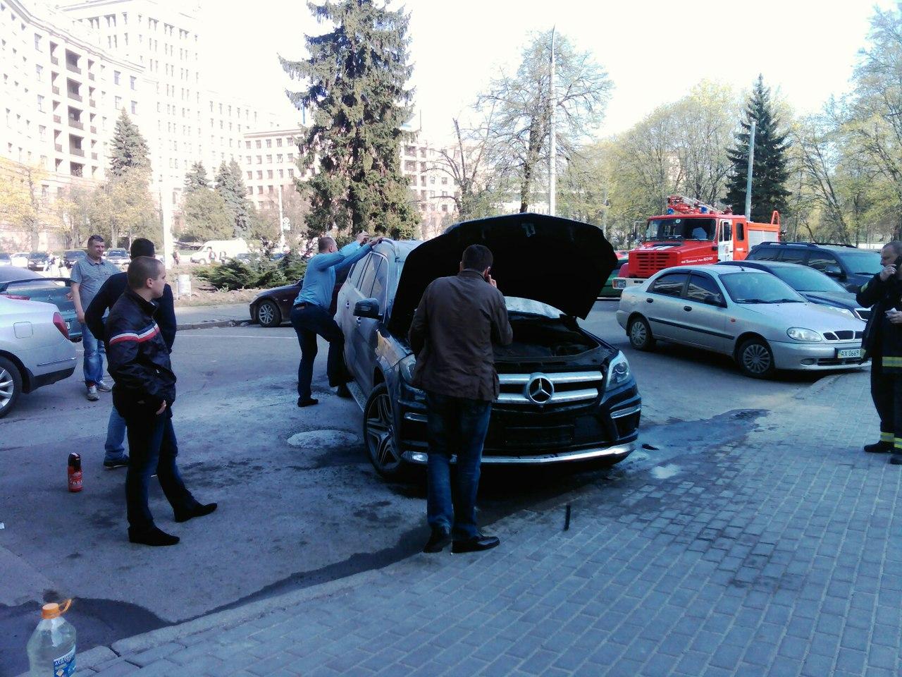 На Алексеевке плавал БТР,  а на площади Свободы пылал Мерседес фото 1