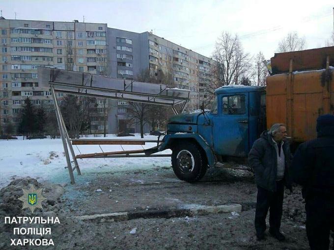 Авария: Мусоровоз въехал в остановку (ФОТО)