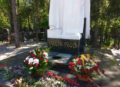 Вандалы осквернили братскую могилу советских солдат вХарькове