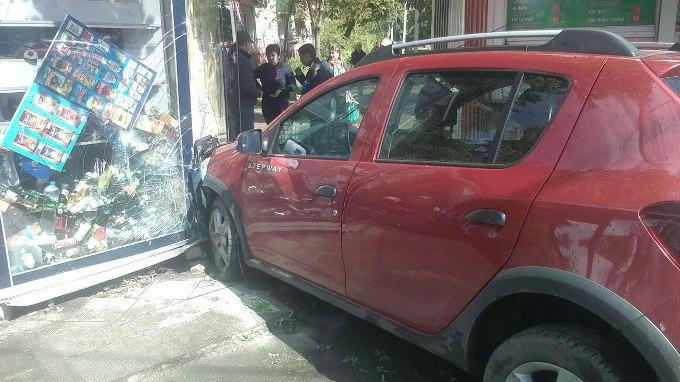 ДТП: Renault врезался в торговые киоски (ФОТО)