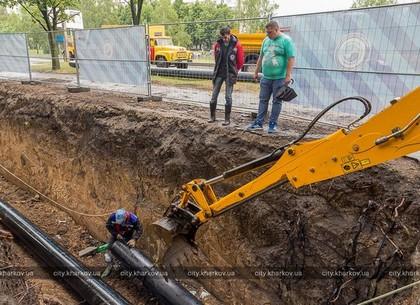 На проспекте Тракторостроителей заменяют водопроводные трубы по современной технологии