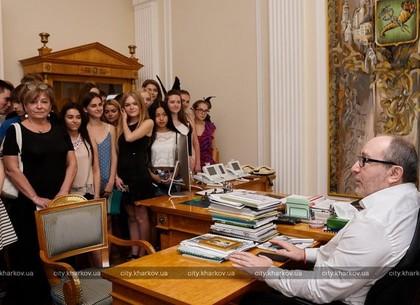 Геннадий Кернес принял в мэрии харьковских выпускников
