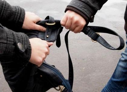 В Харькове возле станции метро напали на девушку