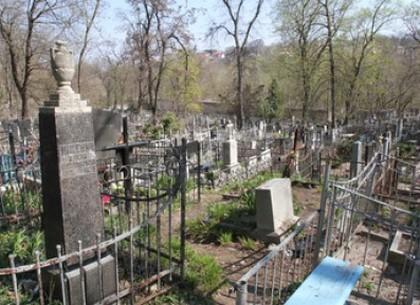 Под Харьковом на кладбищенской ограде погибла женщина