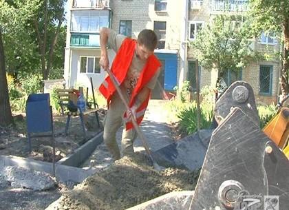 На улице Роганской ремонтируют внутриквартальную дорогу
