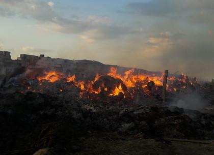 Пожарные всю ночь тушили склад соломы и сена