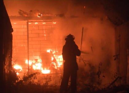 В Харькове 25 спасателей тушили пылающую пилораму