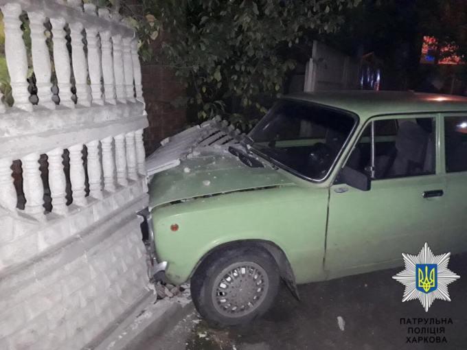 Автомобиль врезался в ограждение жилого дома (ФОТО)