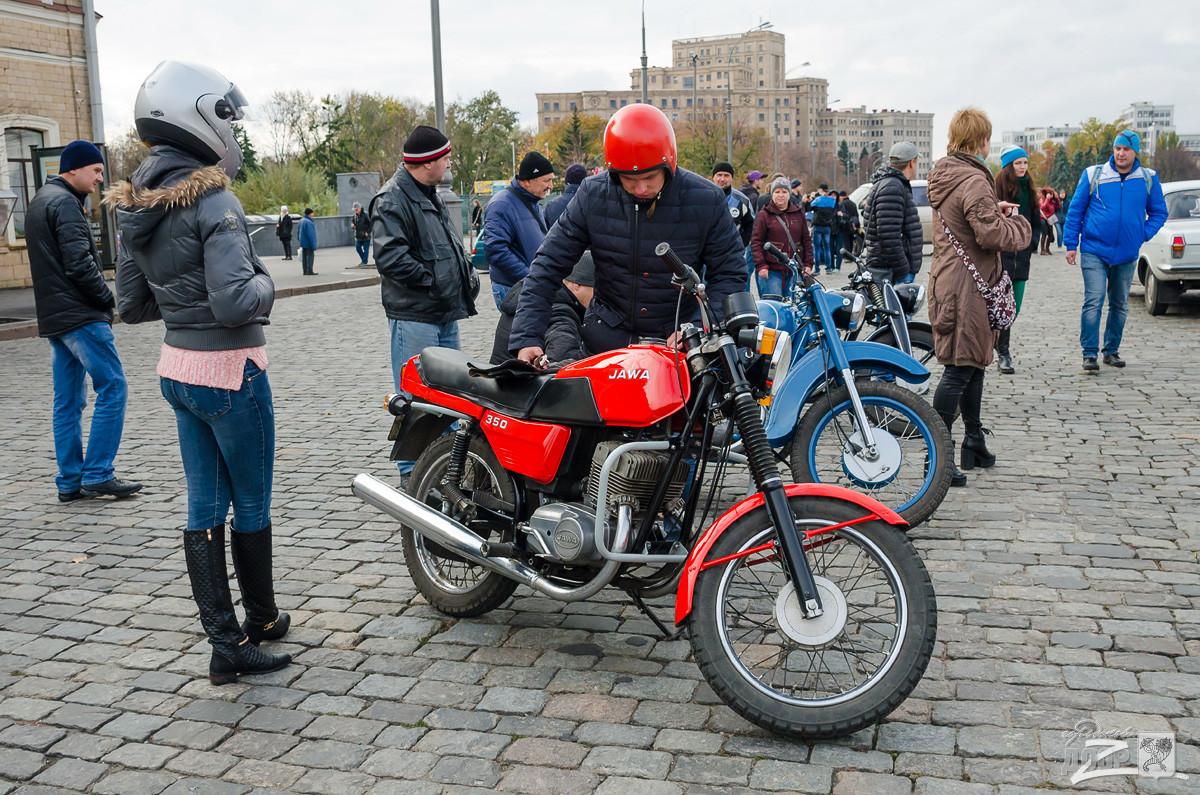 Знаковые автомобили прошлого века показали харьковчанам (ФОТО)