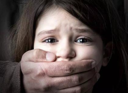 ВХарьковской области 41-летний злоумышленник изнасиловал небольшую девочку
