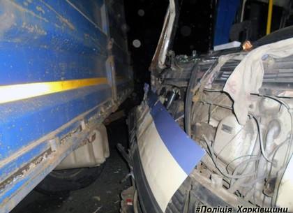 НаХарьковщине прицеп грузового автомобиля влетел впассажирский автобус: есть жертвы