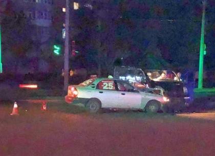 Пьяный водитель на микроавтобусе врезался в такси