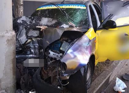 На Московском проспекте такси врезалось в столб: пострадал водитель