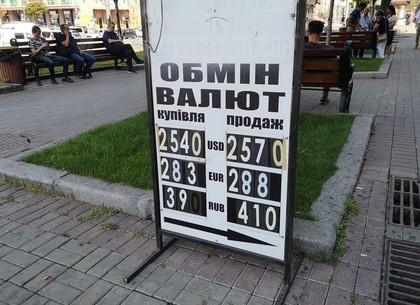 Иностранцы подсели на гривну и валят курс доллара