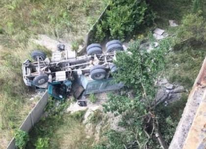 Полиция продолжает работу на месте крушения груженого КАМАЗа с моста на Алексеевке (ОБНОВЛЕНО, ФОТО)