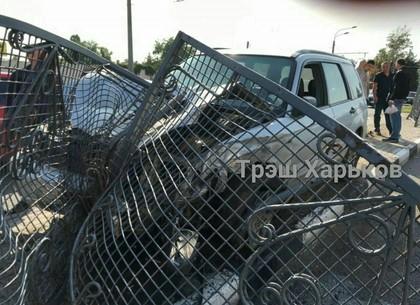 На Гагарина ДТП: автомобиль снова снес ограждение