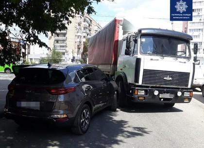 ДТП возле метро «Проспект Гагарина»: МАЗ не пропустил легковушку