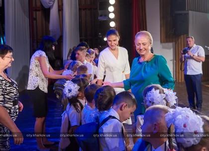 В Харькове детям льготных категорий вручили портфели
