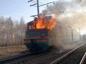 Этот поезд в огне: под Харьковом на ходу загорелся тепловоз