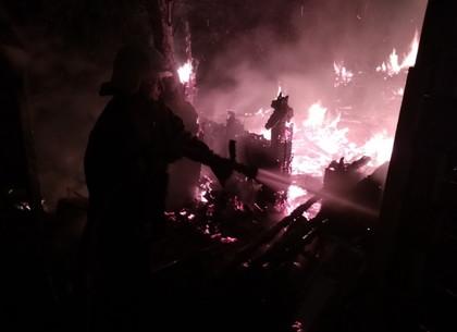 Пожарные потушили деревянную хозяйственную постройку и спасли соседский дом