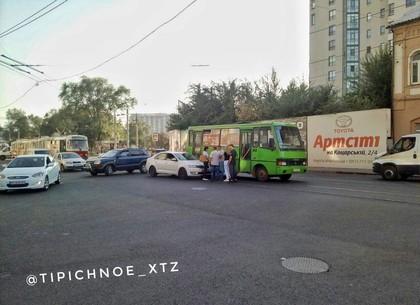 ДТП: иномарка и автобус не поделили улицу