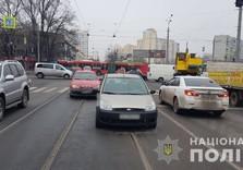 Роковой трос: девушка чуть не погибла, пересекая улицу (ФОТО)