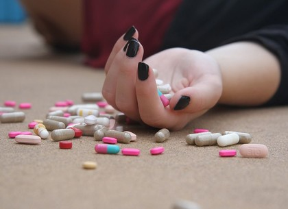 Смертельная доза таблеток: девочка приехала к бабушке и покончила с собой