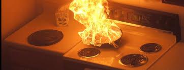 Неудачник кулинар включил плиту и сгорел во время готовки