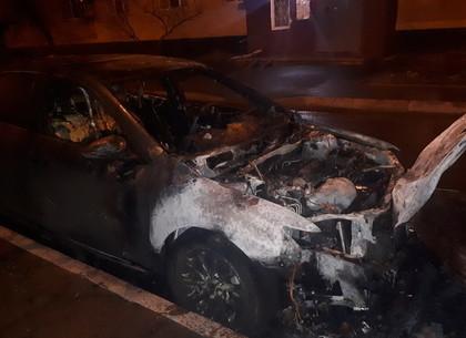 Еще один припаркованный у многоэтажки автомобиль сгорел ночью в Харькове