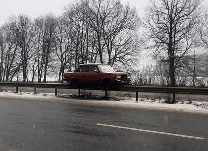 На скользкой дороге ВАЗ встал «на рельсы» отбойника