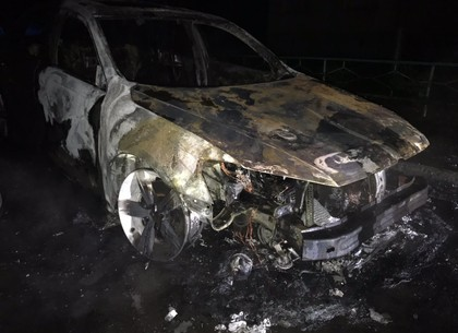 Ночью на Салтовке сгорел припаркованный автомобиль