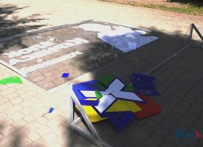 В сквере на Жасминовом бульваре неизвестные разбили стенд фотозоны