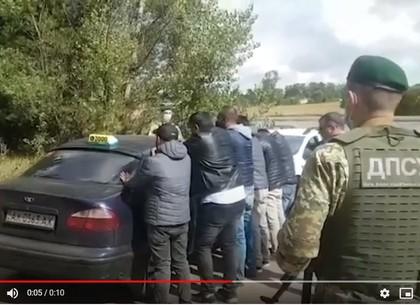 Харьковские пограничники задержали шестерых нелегалов-иностранцев, убегавших от границы на такси (ФОТО, ВИДЕО)