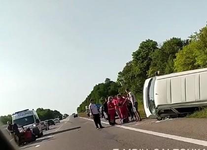 ДТП: на трассе перевернулся микроавтобус