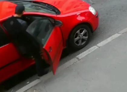 ВИДЕО: в центре Харькова работают автомобильные воры (Telegram)