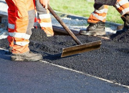 В Киевском районе идет ремонт внутриквартальных дорог и тротуаров (Горсовет)