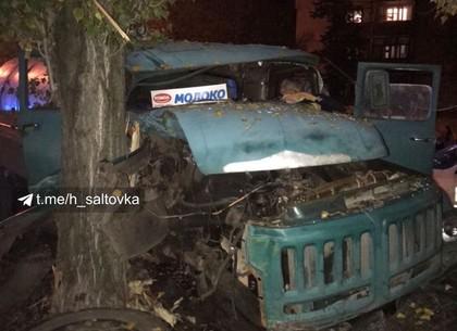 ФОТО: Экстремальная парковка молоковоза на Салтовке (Соцсети)