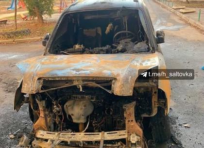 ВИДЕО: Ночью на Салтовке сгорела машина. Подозревают поджог (Соцсети)