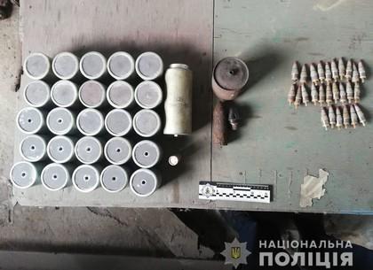 ФОТО: В гараже на Салтовке изъяли оружие и патроны (ГУНП)