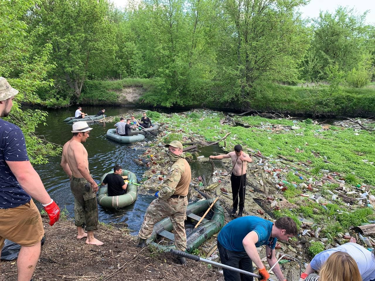 Реку Уды в Бабаях под Харьковом очищают от мусора