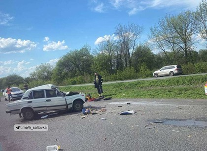 На выезде из Харькова ВАЗ врезался в автомобиль дорожных рабочих