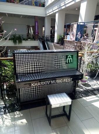 В Харькове установили 10 разрисованных пианино, на которых могут сыграть все желающие