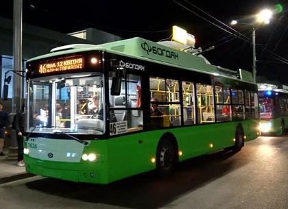 В одном из спальных районов Харькова ночью асфальтируют дорогу: троллейбусы ходить не будут