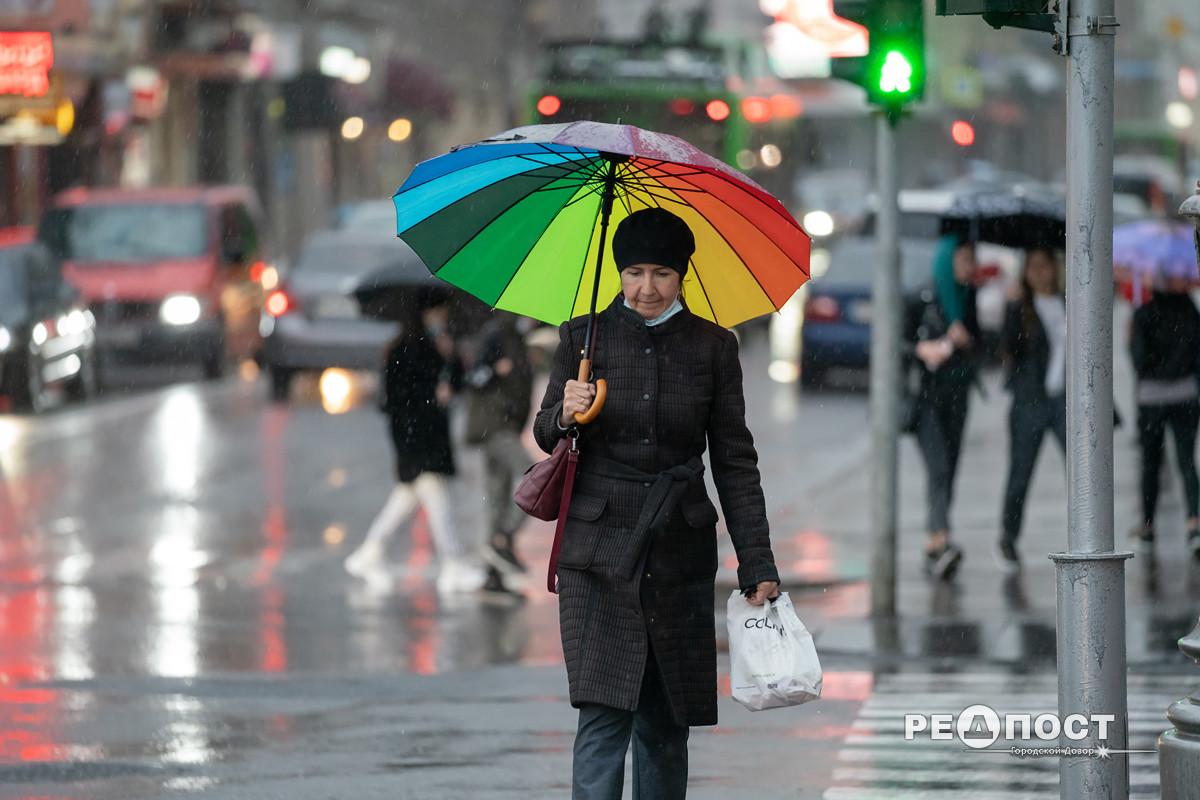 Женщина под зонтом идет по  Сумской, Харьков