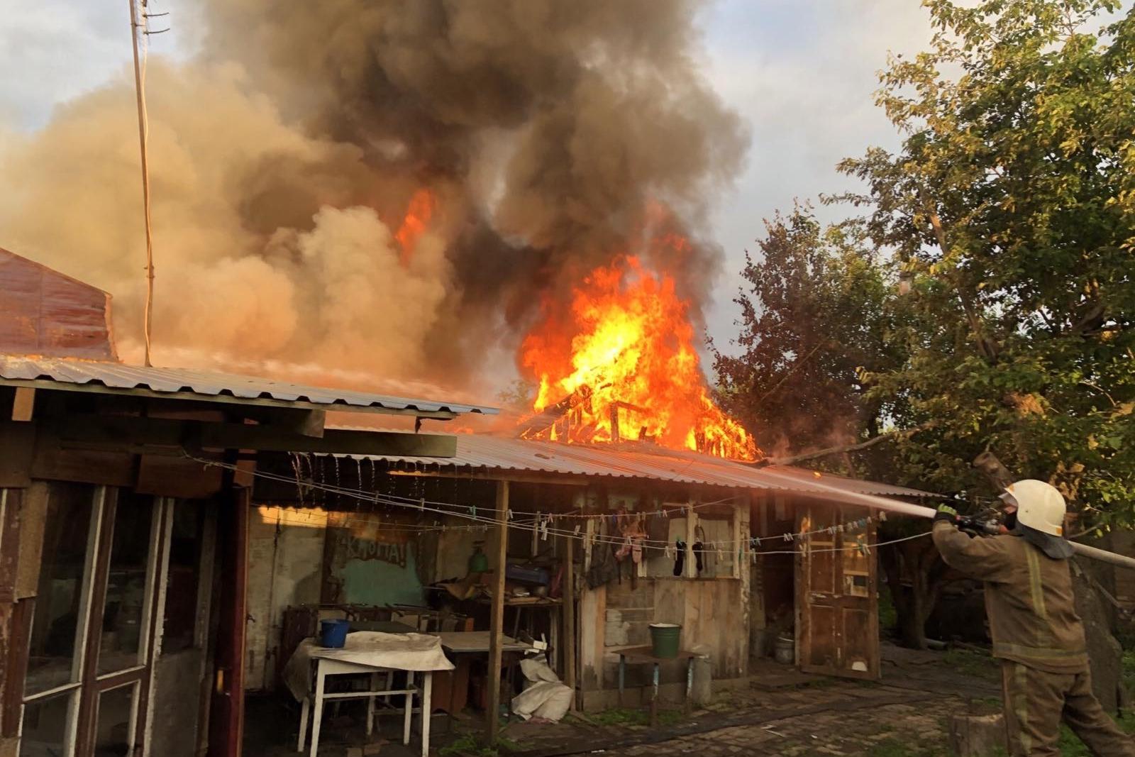 Из-за короткого замыкания в Чугуевском районе сгорели хозяйственный пристройки. Новости Харькова